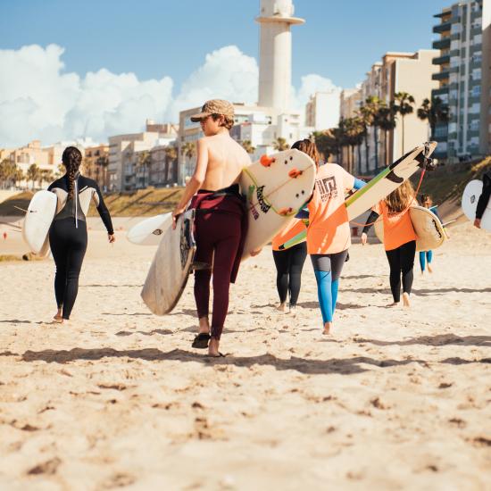 Alumnos de la Escuela de Surf Hopupu.