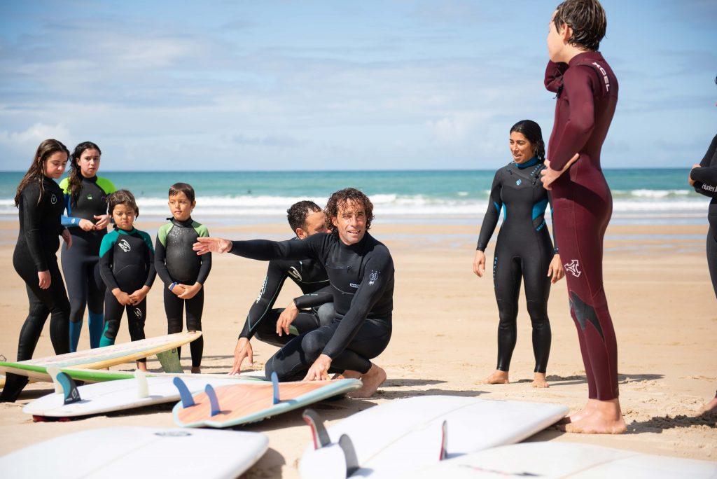 Profesor de surf durante una clase de surf intermedio en Cádiz.