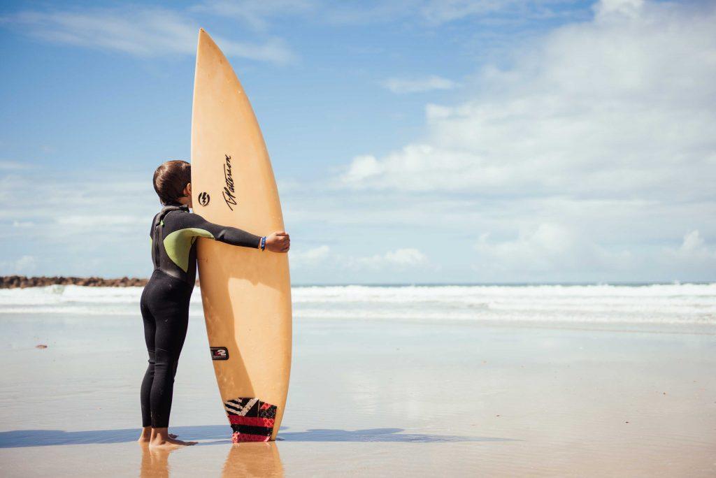 Alumno de la Escuela durante una clase de surf iniciación.