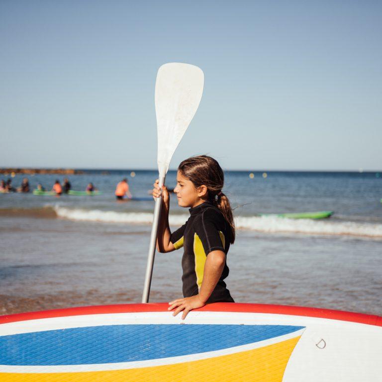 Alumna con tabla de Paddle Surf.